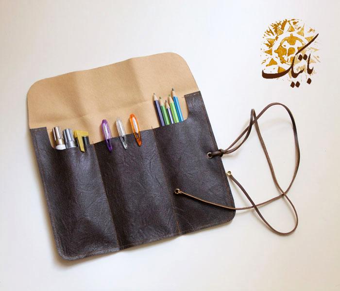 جامدادی دست ساز چرم قهوه ای (تعداد محدود)<br/>ساخته شده از چرم مصنوعی<br/>برای سفارش کالا لطفا از طریق ایمیل مشخصات و تعداد کالای مورد نظر را برای من ارسال کن buy-sell handmade handmade-personal